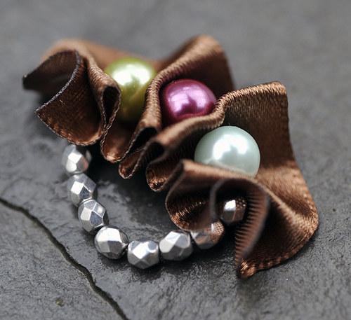 Prstýnek s barevnými perlami