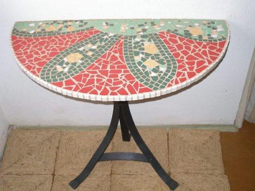 Půlkruhový mozaikový velký stůl