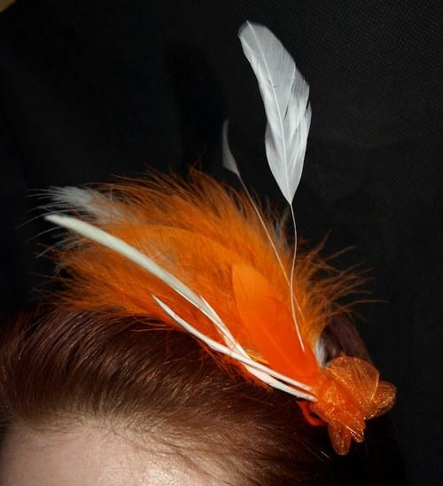 Slavnostní fascinátor oranžovosmetanový s organzou