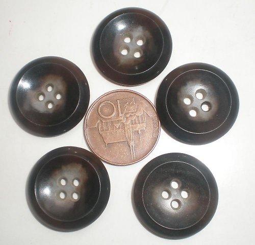 5 velkých hnědých knoflíků