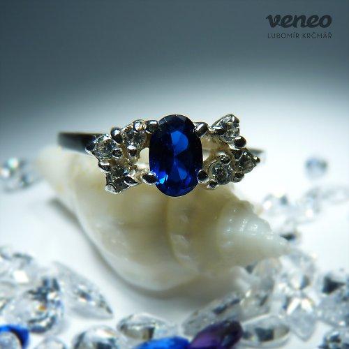 Dafné - prsten se safírem a čirými zirkony