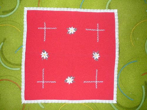 Červený ubrus s vánočními hvězdami