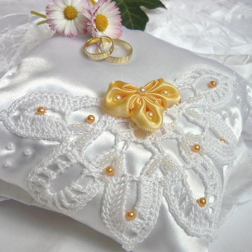 Svatební polštářek s krajkou a perličkami