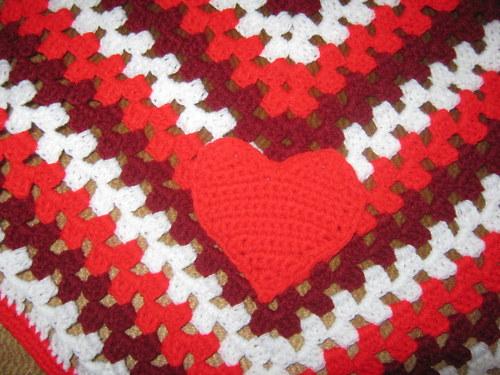 červená deka se srdíčkem