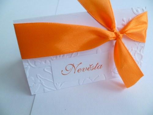 oranžové jmenovky s ornamentem na svatební stůl