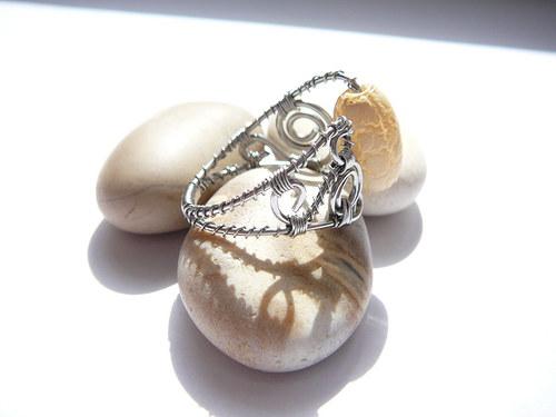Prsten s akrylovým korálkem