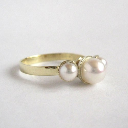 Dotek nevinnosti (zlatý prsten s perlami)