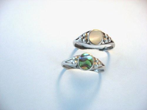 Colored nacreas - starostříbrný prsten s perletí.