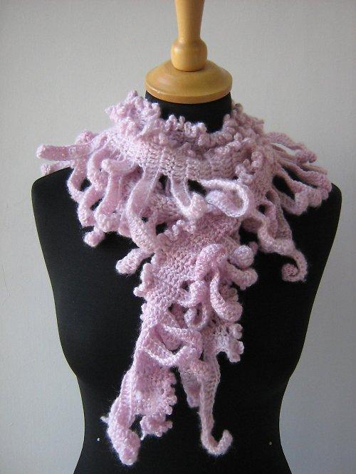 Růžová háčkovaná šála