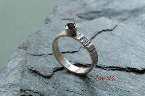 Stříbrný prsten s \