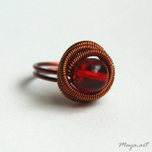 Měděný prsten s červeným průsvitným korálkem