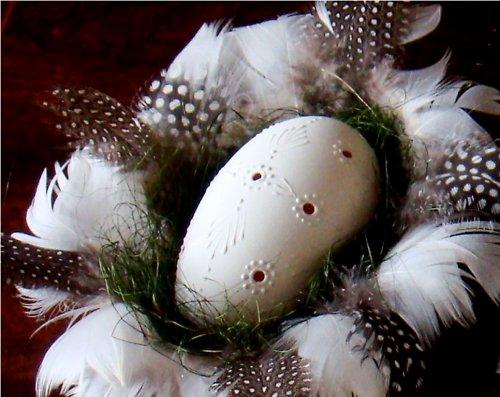 Husí vejce - madeira v košíčku s peřím