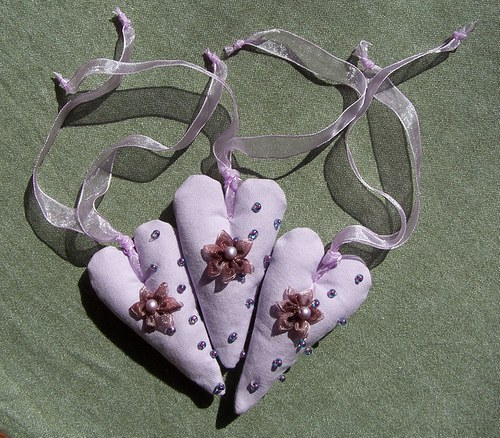 Srdíčko úzké 9 cm fialkové s korálky