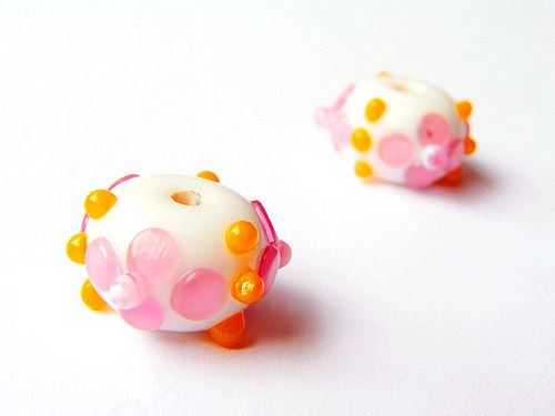 Bílý donut s růž.kytičkami a žlut.tečkami ((V142))