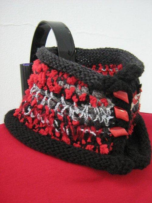 Červeno - černý, háčkovaný nákrčník