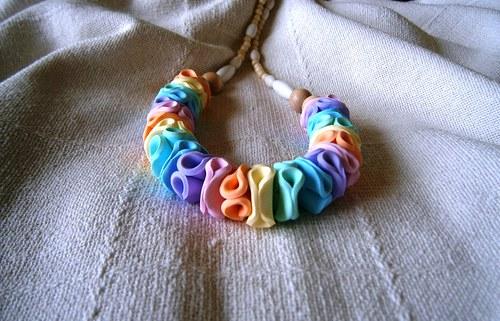 barevný náhrdelník v pastelových barvách