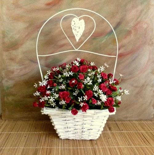 Proutěný koš s umělými růžemi a jasmínem  /72 cm/