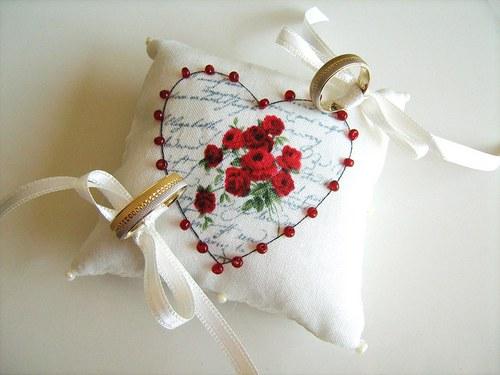 Romantický polštářek pod snubní prstýnky