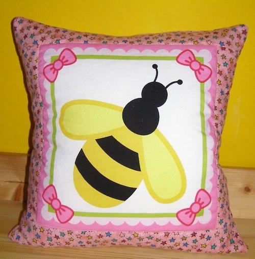Růžový polštář s včelkou
