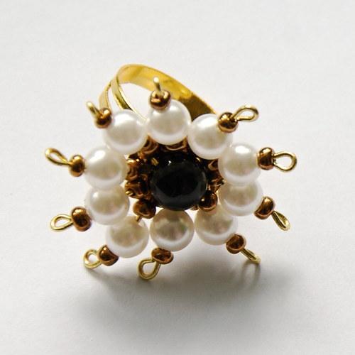 Zlatý prsten s bílými perličkami