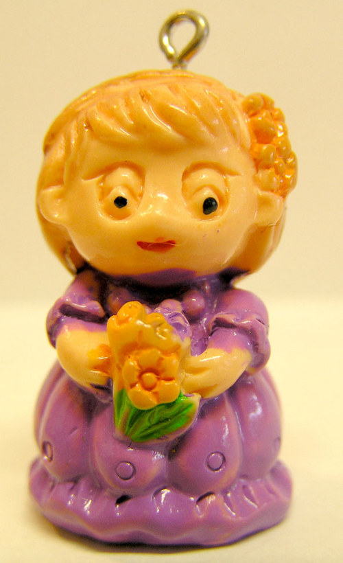 Přívěšek - holčička s kytičkou