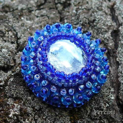 Kapka rosy v modrém