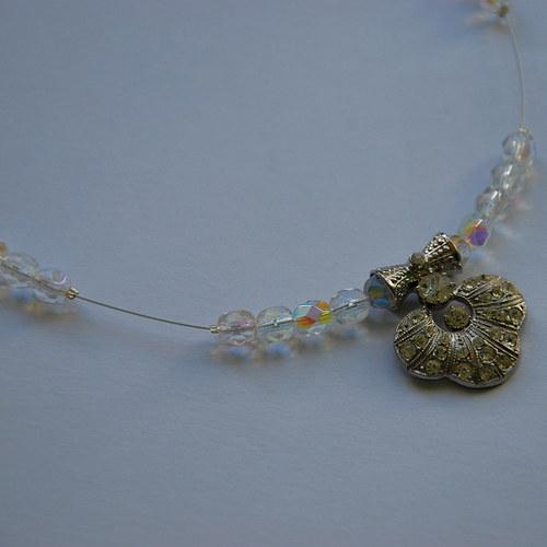 Bílý náhrdelník se štrasovým přívěskem