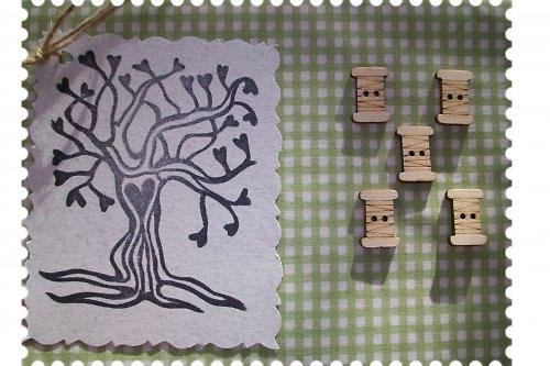 Dřevěný knoflíček - špulka nití