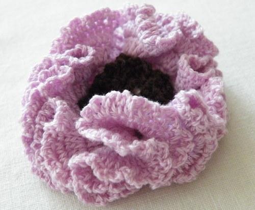 fialkový květ - háčkovaná brož