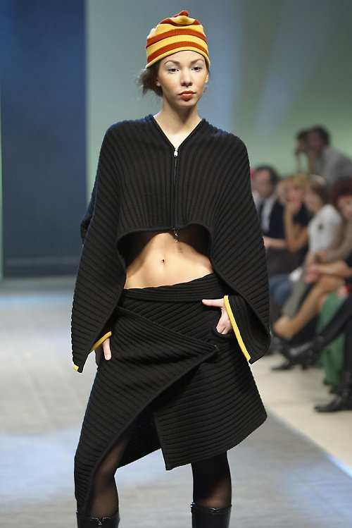 Černý vlněný svetr bez rukávů