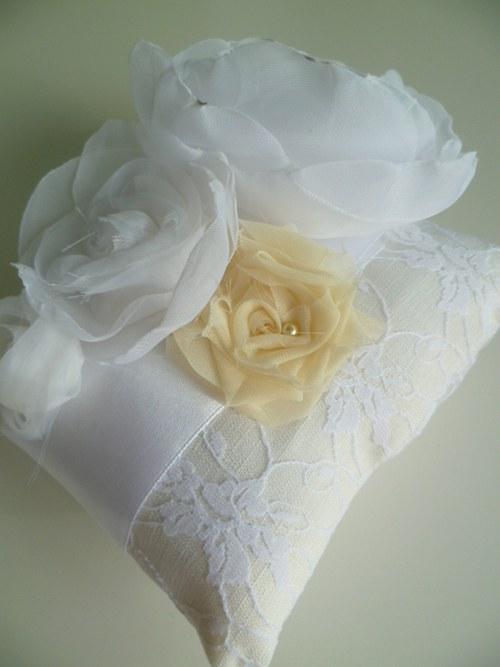 bílosmetanový polštářek pod prstýnky s krajkou