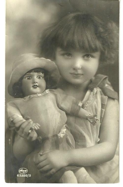 Umělecká pohlednice holčička s panenkou
