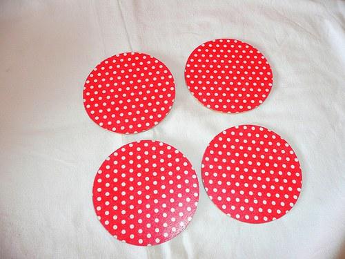 Podtácek pod hrneček - bílé puntíky na červené