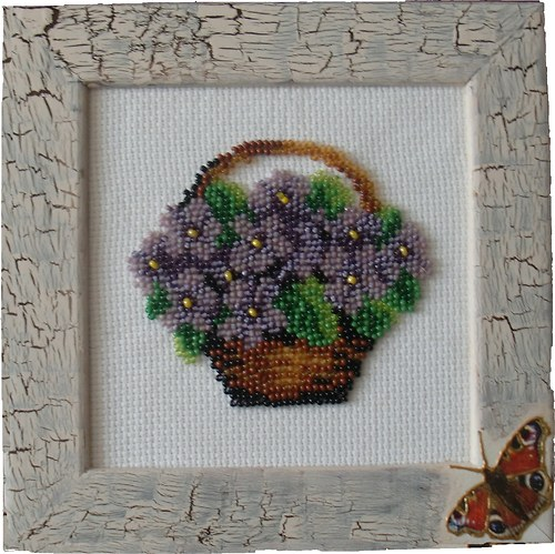 Košík fialek - korálková výšivka