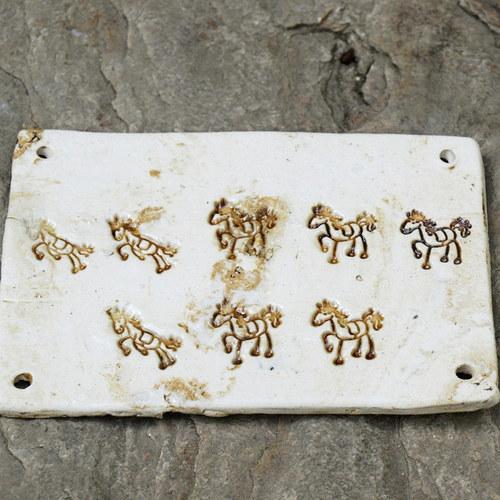 Keramická cedulka koníci