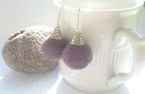 Plstěné fialové kuličky