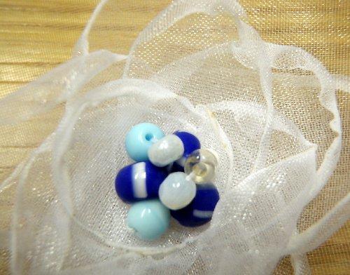 Bílá kytička s modrou