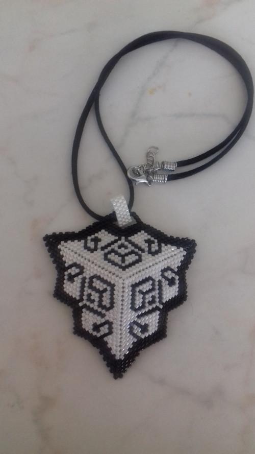 černobílý korálkový trojúhelník