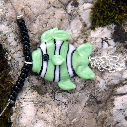 Náhrdelník pruhovaná rybka - svítivě zelená
