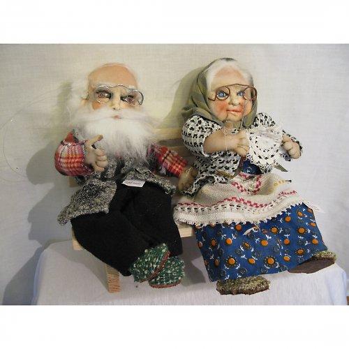 Dědeček s babičkou na lavičce