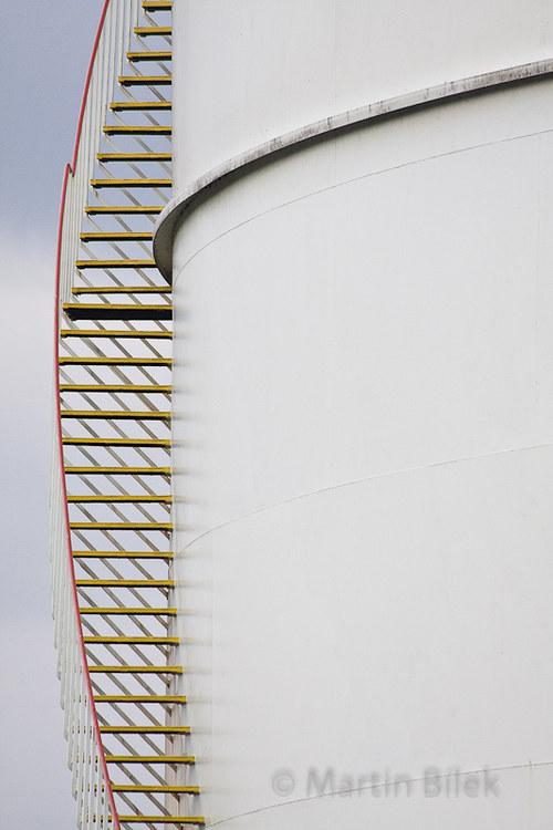 bílé schody na bílém válci II
