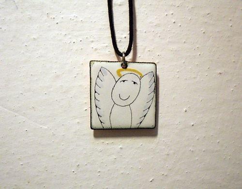 Smaltovaný přívěšek andílek