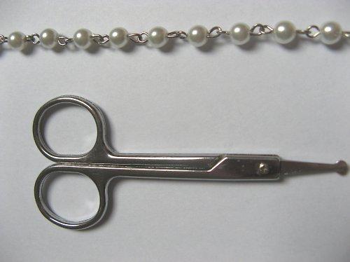 ketlovaný řetízek s bílými voskovanými perlami