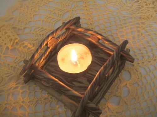 svícen ve tvaru ohrady