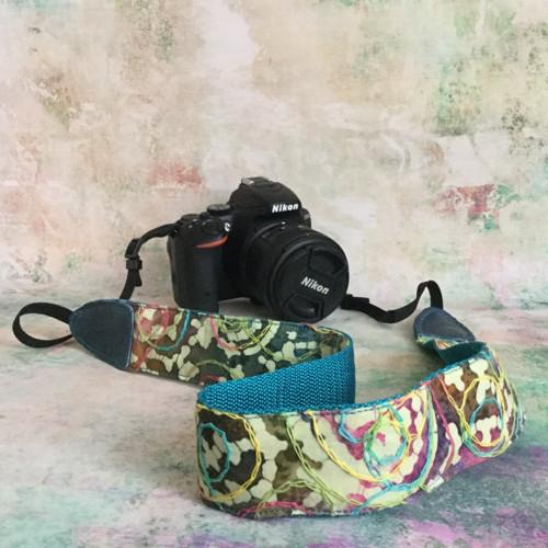 Vyšívaný popruh na fotoaparát - No.1
