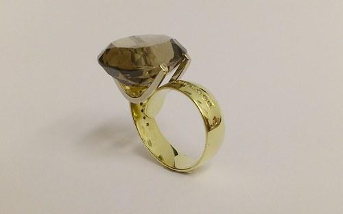 Prsteň so záhnedou