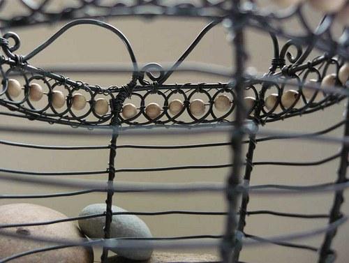 Drátěný košík s dřevěnými korálky