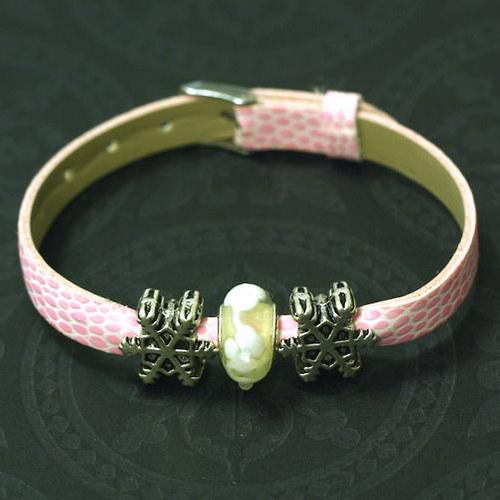 Náramek s vinutou perlí a kovovými korálky