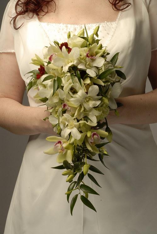 Převislá svatební kytice z orchideí