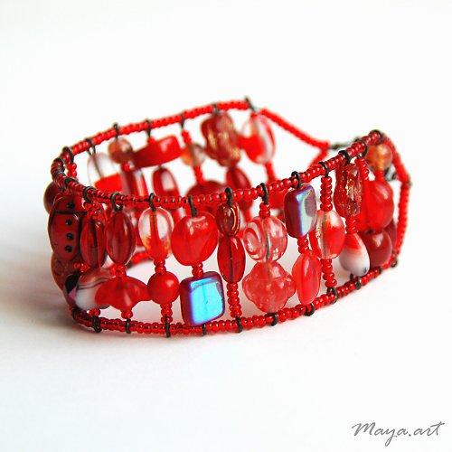 Červený náramek z mačkaných korálků